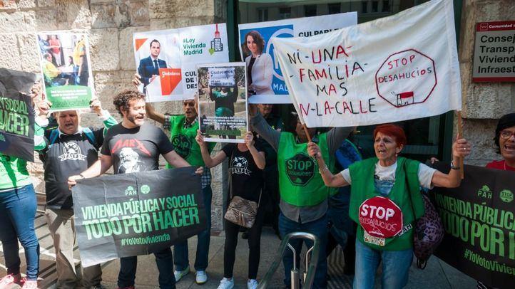 Algunas personas presentes en la protesta, con diferentes mensajes en sus pancartas.