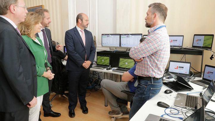 El presidente en funciones de la Comunidad de Madrid, Pedro Rollán, comprueba los sistemas de seguimiento de las elecciones autonómicas del 26 de mayo.