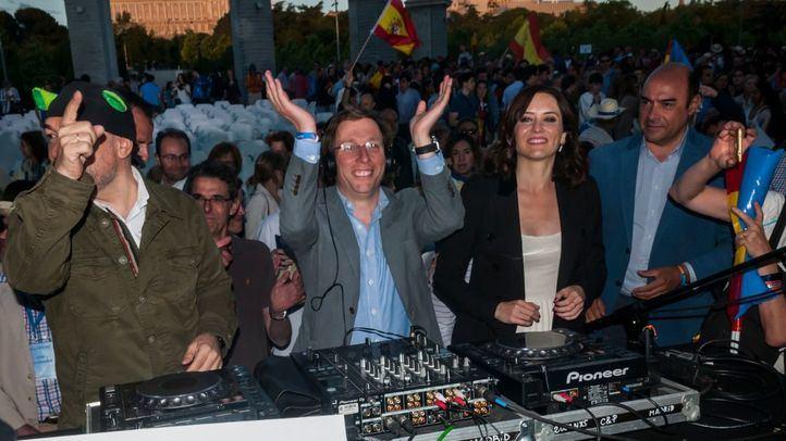 Los candidatos del PP a la Alcaldía y la Comunidad de Madrid, José Luis Martínez Almeida e Isabel Díaz Ayuso, respectivamente, terminaron el último mitin de campaña ejerciendo de DJs.