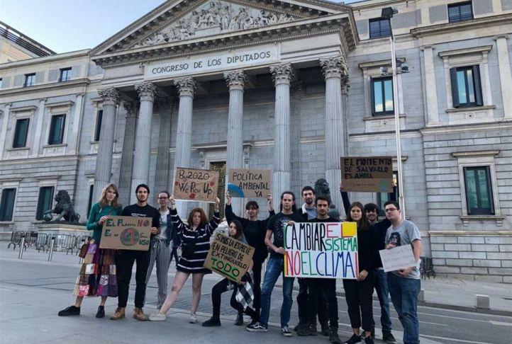Una veintena de jóvenes acampan en el Congreso para concienciar sobre la crisis climática
