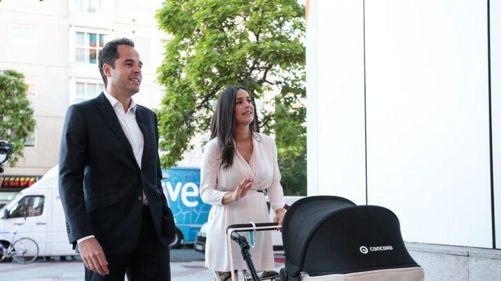 Ignacio Aguado, candidato de Cs a la presidencia de la Comunidad de Madrid llega junto a Begoña Villacís, candidata a la alcaldía de la capital a su llegada a la sede central de Ciudadanos