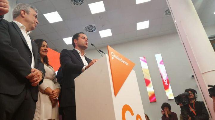 Ignacio Aguado y Begoña Villacís celebraron los resultados de Ciudadanos junto a todo el equipo naranja, encabezado por el presidente del partido, Albert Rivera.