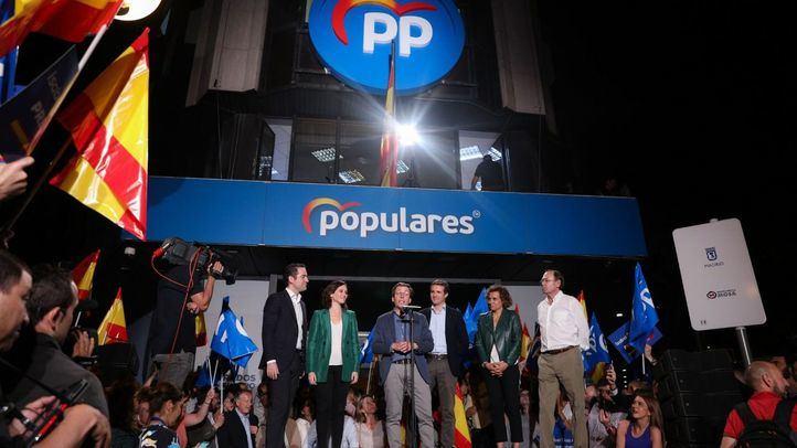 Euforia en la sede del PP con José Luis Martínez Almeida, Isabel Díaz Ayuso y Pablo Casado, analizando los resultados de las elecciones del 26M.