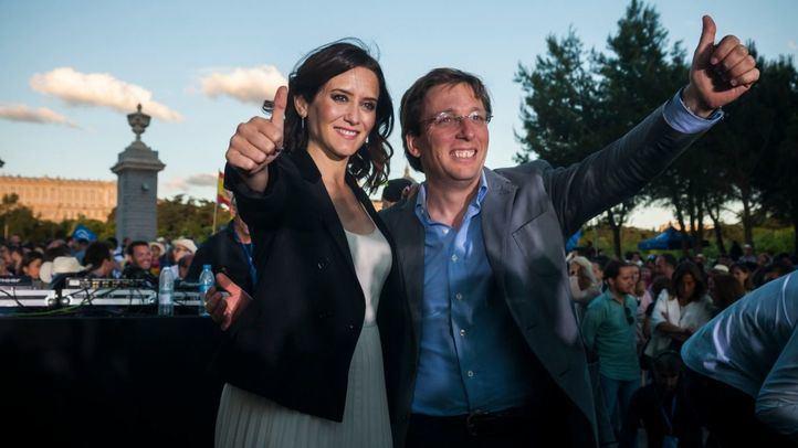 Los candidatos populares, Isabel Díaz Ayuso y José Luis Martínez Almeida, durante el acto de cierre de campaña del PP el pasado viernes.