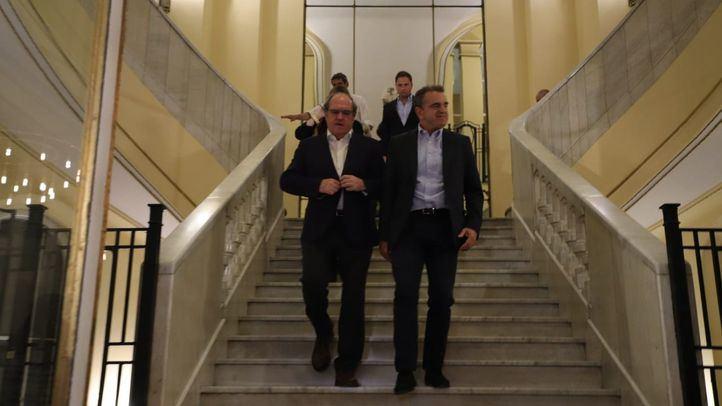 Los candidatos y representantes del PSOE en el Círculo de Bellas Artes durante la noche electoral.