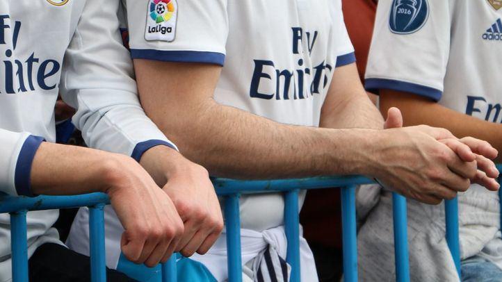 Aficionados del Real Madrid esperando a los jugadores en un partido.