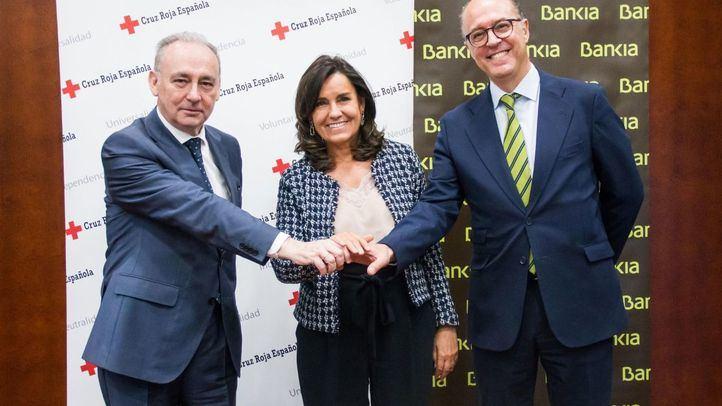 El secretario general de Cruz Roja, Leopoldo Pérez; la directora general adjunta de Comunicación y Relaciones Externas de Bankia, Amalia Blanco; y el director de Responsabilidad Social Corporativa de Bankia (RSC), David Menéndez.