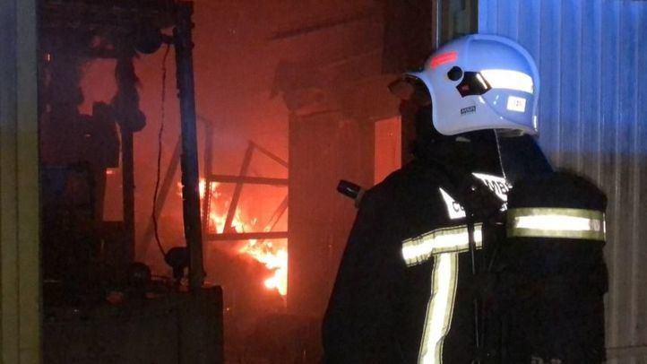 El incendio ha derrumbado la cubierta de la nave en Colmenar Viejo.