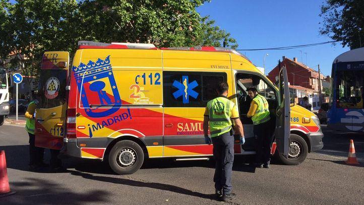 Efectivos del Samur-Protección Civil atienden a una mujer que ha sido atropellada en un paso de peatones de Hortaleza.