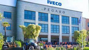 Trabajadores del grupo Iveco, concentrados frente a las oficinas en repulsa por el suicidio de su compañera.