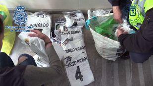 La Policía ha intervenido 2.000 piezas falsificadas de merchandising a una red que operaba dese Portugal a Colmenar Viejo y Madrid.