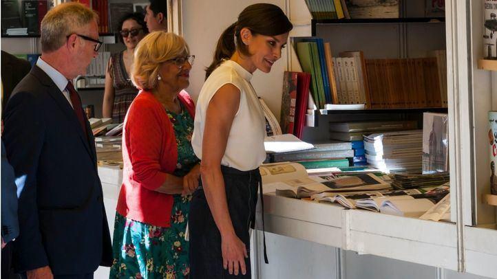 La reina Letizia en una de las casetas junto a la alcaldesa, Manuela Carmena.