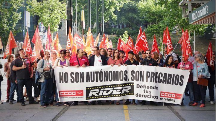 Medio centenar de 'riders' se han manifestado antes del juicio.