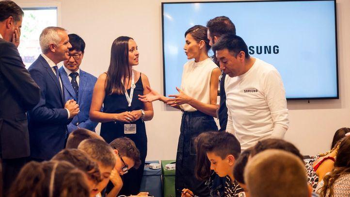 La reina Letizia inaugura la 78º edición de la Feria del Libro, pasando por el pabellón de contenidos digitales de Samsung.