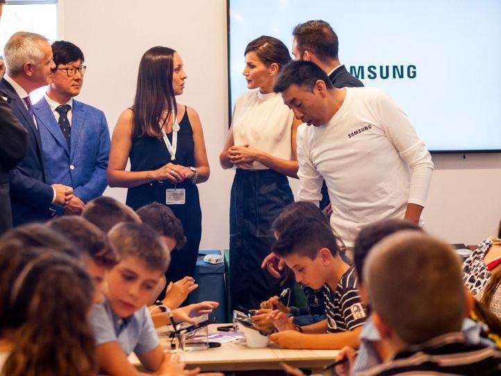 S.M la Reina Letizia visita el pabellón de contenidos digitales de Samsung en la inauguración de la Feria del Libro 2019