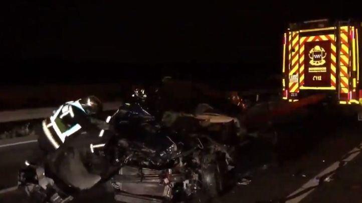Los servicios de emergencias atienden a los heridos en el accidente en Perales de Tajuña.
