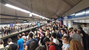 Aglomeraciones en estaciones de Cercanías y Metro durante el primer día laborable tras el cierre de Recoletos