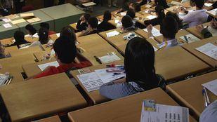 Estudiantes esperan el comienzo de uno de los exámenes de Selectividad.