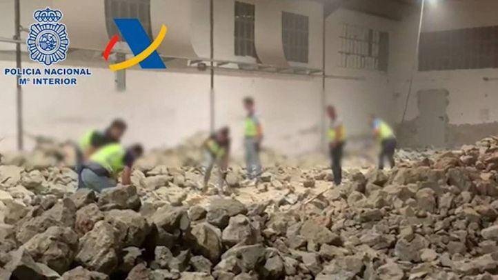 Los agentes han tenido que destruir con mazas las falsas rocas para encontrar la droga oculta
