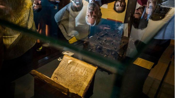 El códice del 'Cantar de mío Cid' se expone por primera vez en la Biblioteca Nacional tras 'una vida azarosa'.
