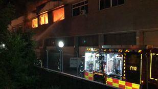 Una nave del polígono industrial dedicada al almacenaje de pinturas y disolventes ha resultado calcinada tras el incendio.