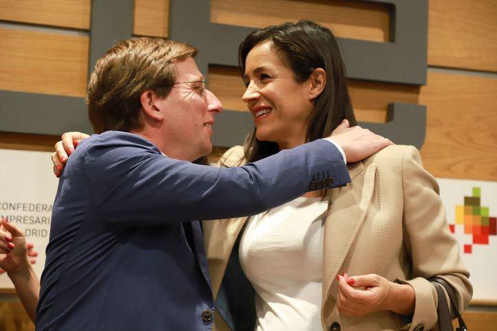 José Luis Martínez-Almeida, candidato del PP, abraza a Begoña Villacís, de Cs, en una foto de archivo.