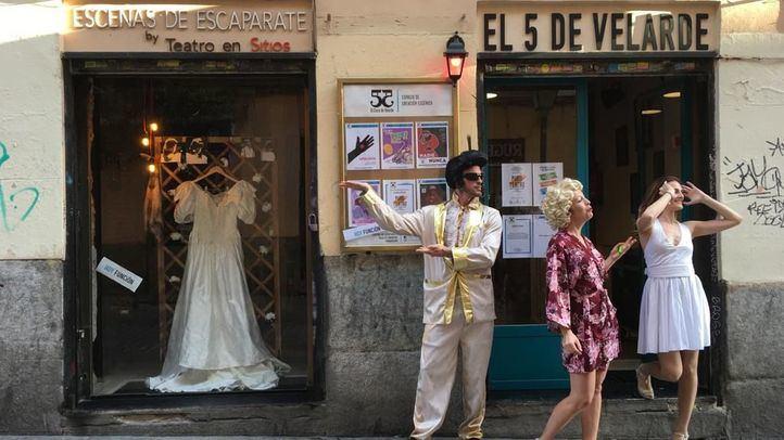La pareja vestida de Elvis y Marilyn, en el exterior del teatro.