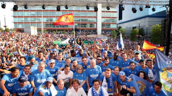 Miles de aficionados se vuelcan con los jugadores del 'Fuenla' tras el ascenso