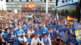 La celebración de los aficionados y jugadores en la Plaza de la Constitución de Fuenlabrada.