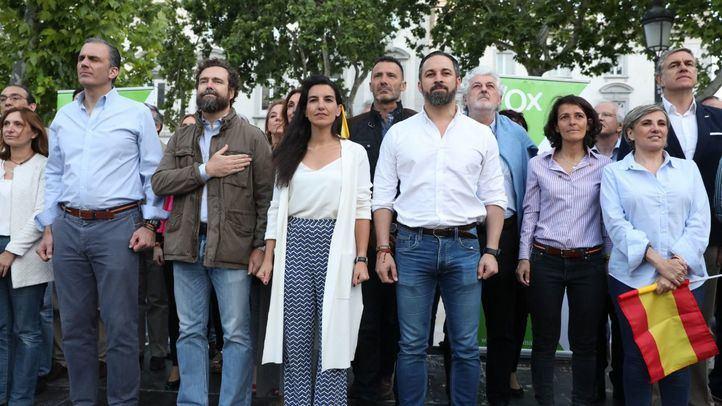 José María Marco (en tercera fila a la derecha) en el cierre de campaña de Vox.