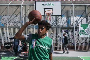 La primera pista de baloncesto de vidrio reciclado de España está en Madrid