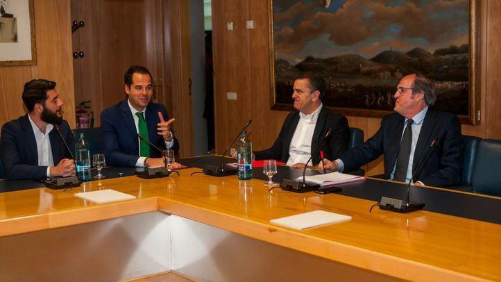 Ignacio Aguado y Ángel Gabilondo, acompañados de César Zafra y José Manuel Franco, en la reunión que han mantenido esta mañana en la Asamblea de Madrid.