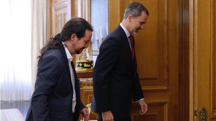El Rey Felipe VI se entrevista con el secretario general de Podemos, Pablo Iglesias.