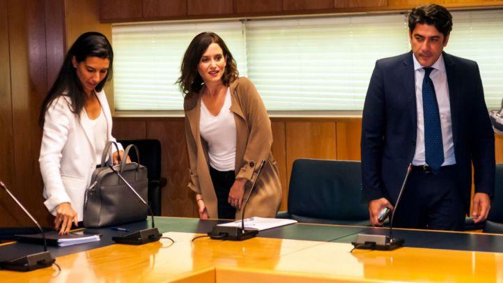 PP y Vox, con Isabel Díaz Ayuso y Rocío Monasterio a la cabeza, respectivamente, en la reunión que han mantenido este jueves en la Asamblea.