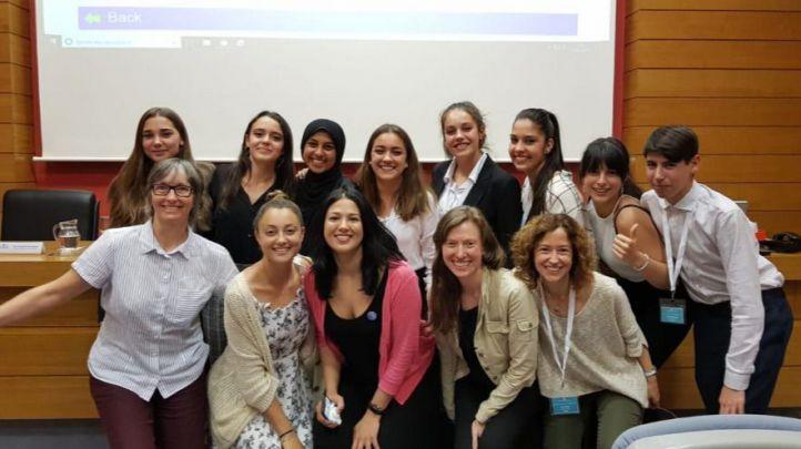 Alumnos del IES Joaquín Araujo de Fuenlabrada participantes en el Torneo Escolar de Debate en Inglés.