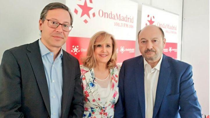 Alfonso Serrano, portavoz adjunto del PP en la Asamblea de Madrid, junto a Nieves Herrero y Constantino Mediavilla