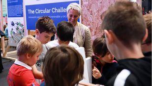 Estudiantes en el stand de la Fundación Naturgy