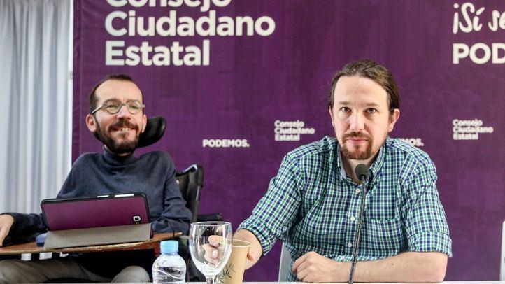 El secretario general de Podemos, Pablo Iglesias, y el todavía secretario general de Organización del Partido, Pablo Echenique, intervienen en la reunión del Consejo Ciudadano Estatal de Podemos en el Círculo de Bellas Artes de Madrid.