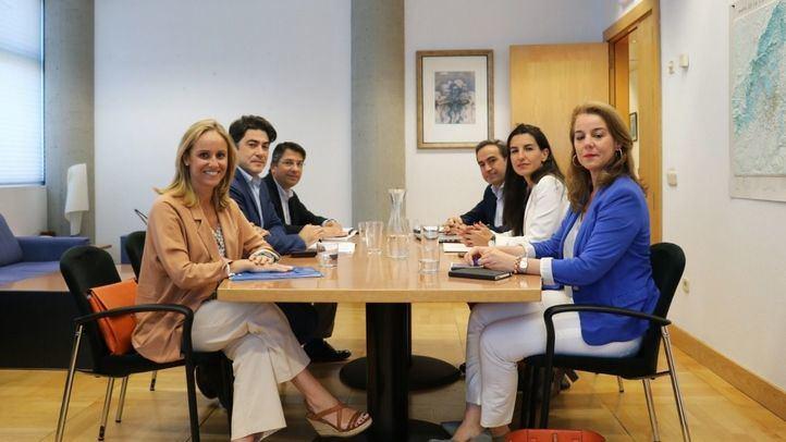 A la reunión han asistido los diputados electos del PP David Pérez, Ana Camíns y Pedro Muñoz Abrines así como la candidata de Vox a la Presidencia, Rocío Monasterio, y los diputados electos de este partido Ana Cuartero y Pablo Gutiérrez de Cabiedes.