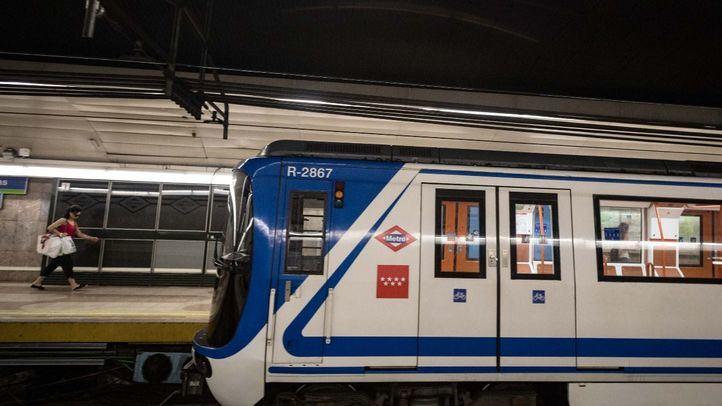 Tras el macrobotellón, un grupo numeroso de jóvenes accedieron a la estación de Ciudad Universitaria y, cuando el tren estaba dentro del túnel, accionaron el desbloqueador de las puertas.