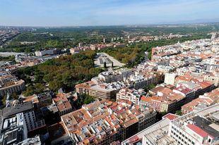 Vistas aéreas desde Torre Madrid, el Templo egipcio de Debod en el Parque del Oeste y más allá la Casa de Campo.