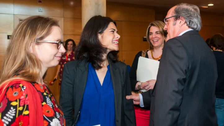 Los candidatos de Unidas Podemos y PSOE, Isa Serra y Ángel Gabilondo, se saludan tras la reunión que han mantenido este lunes en la Asamblea.