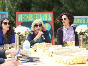 Manuela Carmena, alcaldesa en funciones de Madrid, junto a la directora artística de Veranos de la Villa, Maral Kekejian y  la directora general de Programas y Actividades Culturales, Getsemaní de San Marcos durante la presentación de Veranos de la Villa