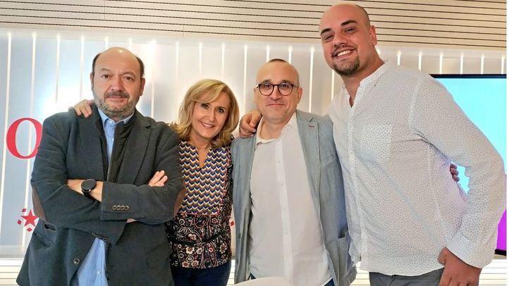 Carlos Hidalgo y Ferrán Boiza junto a Nieves Herrero y Constantino Mediavilla en Com.Permiso