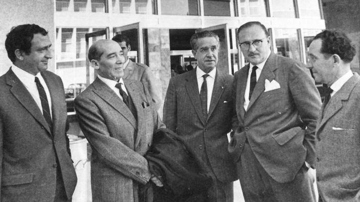 Justo Alonso (izquierda) y Fernando Collado (primero derecha) recibiendo en Barajas al dramaturgo Alejandro Casona (segundo por la izquierda)