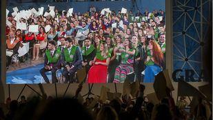 Los alumnos de la UAX celebraron su graduación saludando con sus diplomas.