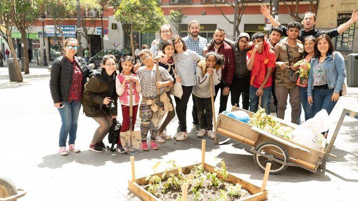 El grupo de personas que ha participado en la plantación en los alcorques.