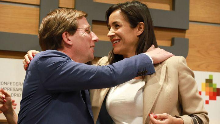 El candidato 'popular', José Luis Martínez-Almeida, y la 'naranja', Begoña Villacís, se funden en un abrazo en un acto sobre Madrid Central.