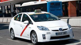 Un taxi sale ocupado de la parada de la Estación de Atocha.