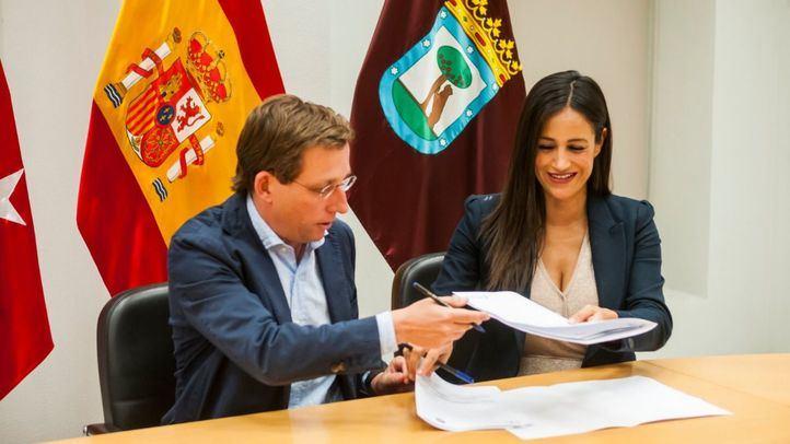 José Luis Martínez-Almeida y Begoña Villacís firmando el acuerdo que le hace alcalde a él y vicealcaldesa, a ella.